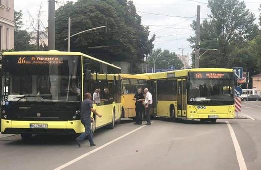 У Львові вчора сталася ДТП за участю трьох рейсових автобусів