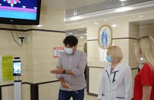 У Львові в «лікарні на Топольній» запрацював пристрій для дистанційного вимірювання температури