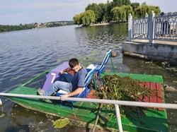 Тернопільський став очищують від сміття та водоростей