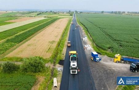 На ділянці автодороги Т-14-25 Миколаїв – Бібрка на Львівщині уже влаштували верхній шар покриття із асфальтобетону