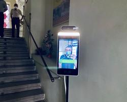 В Дрогобицькій ратуші встановили сканер, який автоматично безконтактно вимірює температуру тіла і має функцію розпізнавання обличь