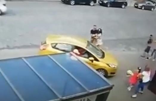 У центрі Львова під колеса легковика на тротуарі потрапила 57-річна жінка