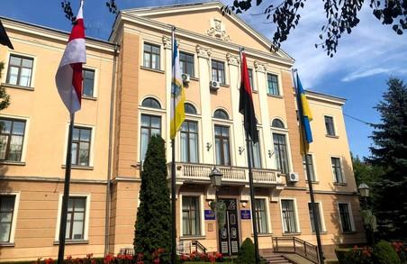 У Тернополі на знак солідарності із народом Білорусі біля ратуші вивісили біло-червоно-білий прапор