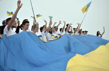 На Львівщині молодь відзначила День Державного Прапора сходженням на гору Парашку