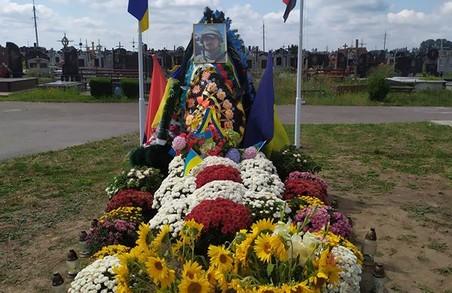 У Жидачеві на День Незалежності з могили Героя України вкрали сонячні ліхтарі.