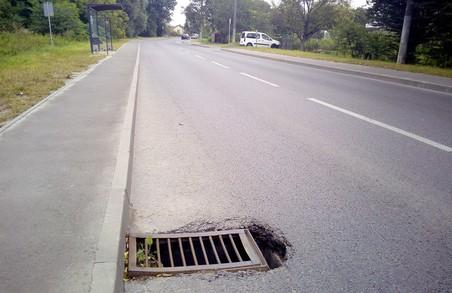 На вулиці Богданівській у Львові провалюються дощоприймачі