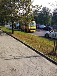 У Львові міський рейсовий автобус зніс світлофор і пошкодив кілька легковиків