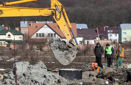 «Львівводоканал» сьогодні замінює аварійний водогін у Винниках під Львовом
