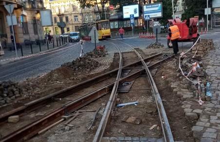 У «Львівелектротрансі» показали, як ремонтували колії на площі Івана Франка