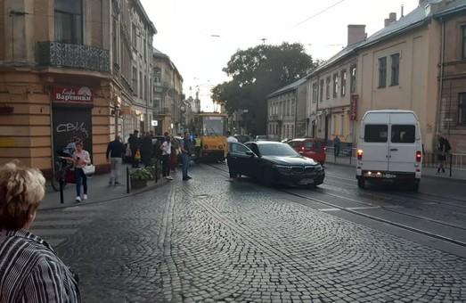 У Львові на вулиці Личаківській через ДТП зупинилися трамваї