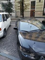 У центрі Львова із будинку падає штукатура