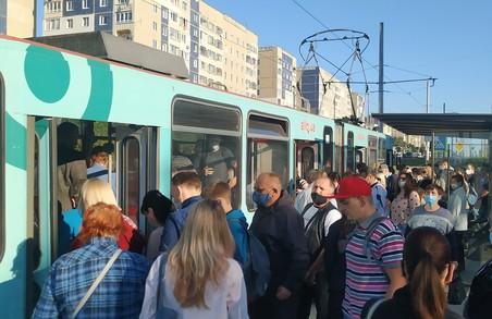 У «помаранчевому» карантинному Львові на зупинках трамвая на Сихові натовпи людей