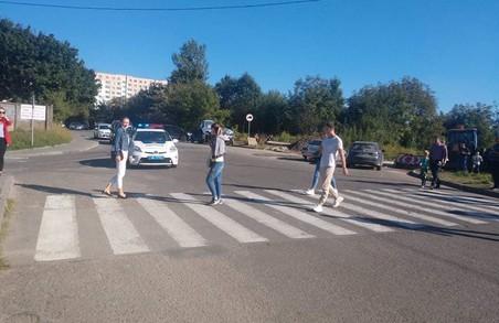 Львівські комунальники знову перекрили дорогу, яка поєднує Львів та Сокільники - мешканці протестують