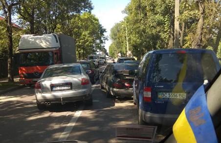 У Львові в Рясному зіштовхнулося чотири легковика