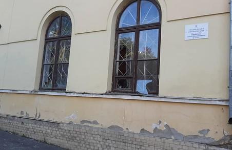 У Жовкві на Львівщині у приймальні Синютки побили шибки