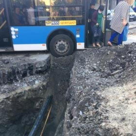У Хмельницькому ледь не провалився у яму тролейбус