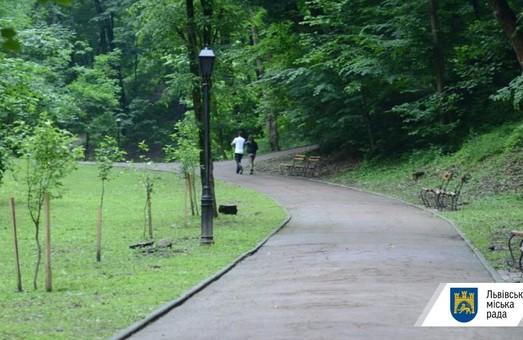 У парках Львова завтра почнуть вдруге труїти кліщів