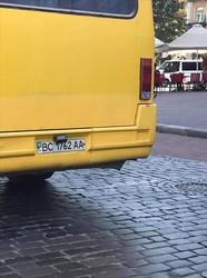 У Львові побачили маршрутку із повністю «лисими» колесами