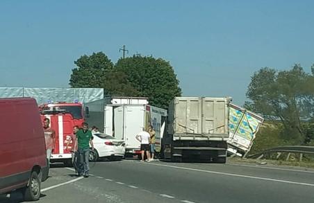Через аварію за участю вантажівок зупинився рух на об'їзній дорозі Львова