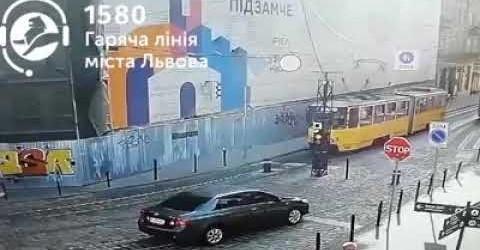 У Львові трамвай налетів на болард