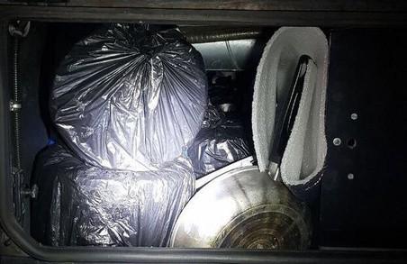 У автобусі із Польщі в Україну намагалися ввести понад 200 кілограм контрабандного шоколаду