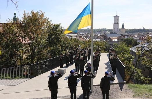 У Львові військові Національної гвардії підняли державний прапор на Меморіалі Небесної Сотні
