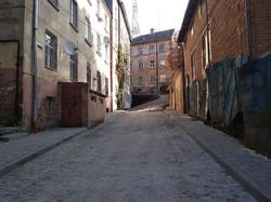 У Львові на вулиці Князя Лева посеред вело-пішохідної доріжки виросли стовпці-делінеатори