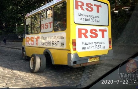 У Львові на вулиці Стрийській у маршрутки відвалилися задні колеса