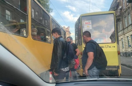 Львів'яни наражають себе на небезпеку, переходячи дорогу за трамваєм
