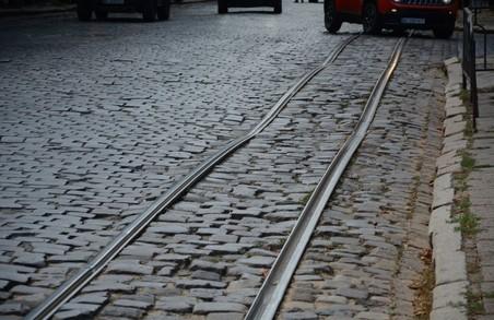 Замість історичної бруківки на вулиці Степана Бандери у Львові укладуть штучну типу «римський камінь»