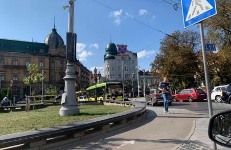 ДТП зупинило рух тролейбусів у центрі Львова
