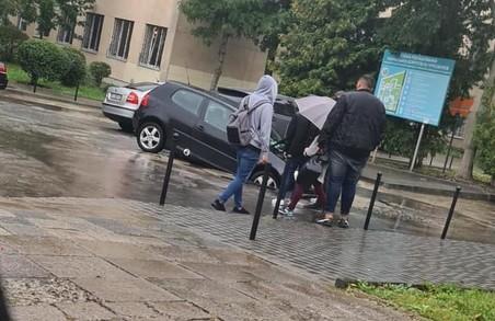 У Львові на вулиці Пекарській легковик провалився під землю