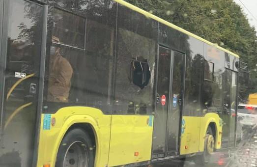 У Львові комунальний автобус працював на маршруті із розбитим склом у салоні