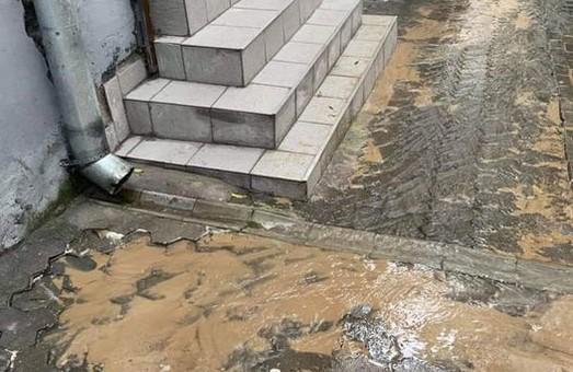 У Львові на вулиці Каменярів прорвало водогін