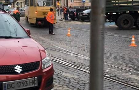 У Львові на площі Івана Франка зійшов із рейок трамвай «дев'ятка»