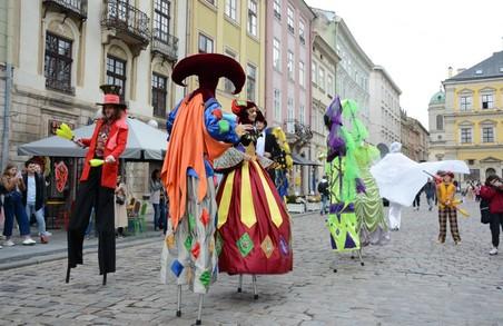 У п'ятницю у Львові карнавалом розпочався театральний фестиваль «Золотий Лев на вулиці – 2020»