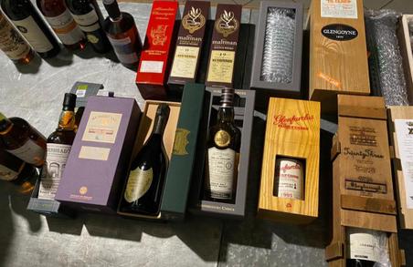 На Львівщині митники вилучили більше 70 пляшок елітного алкоголю