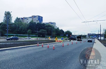 У Львові на вулиці Хуторівці почали наносити розмітку