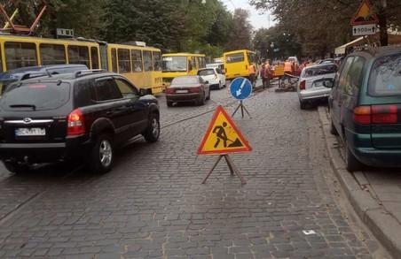 У Львові на площі Кропивницького «Львівелектротранс» замінюватиме аварійні колії