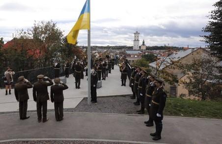 Сьогодні у Львові на Меморіалі Героїв Небесної Сотні вояки братства ветеранів УПА підняли національний стяг