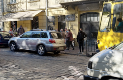 У Львові автівка заблокувала рух трамваїв по вулиці Дорошенка