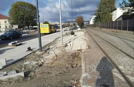 У Львові нарешті демонтували завищену посадкову платформу, яка заваджала нормальному руху трамваїв