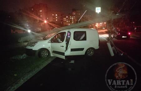 У Львові на Сихові водій легковика протаранив опору освітлення