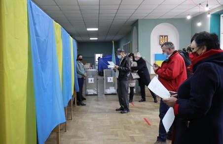 Станом на 13:00 середня явка виборців на Львівщині становила 14%