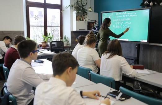Мер Львова вважає, що попри нову хвилю COVID-19 діти мають ходити до школи
