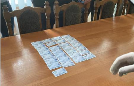 Голова однієї з РДА Львівщини вимагав хабар талонами з заправки