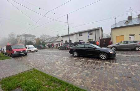 У Львові на Замарстинові десятки людей чекають трамвая «дев'ятку»