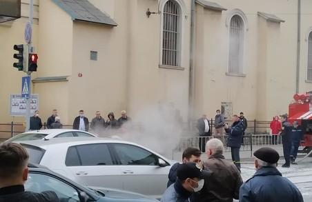 У Львові на вулиці Шевченка під час руху загорівся легковий автомобіль