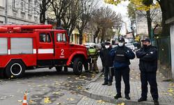 Пожежна машина чергує біля суду через замінування