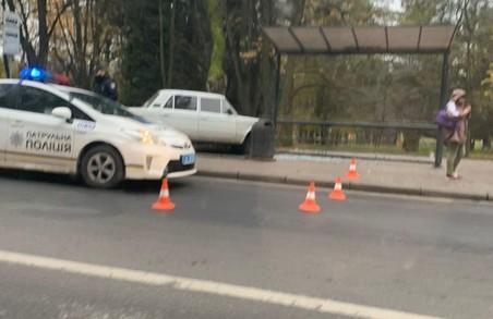 У Львові зранку легковик влетів у павільйон на зупинці
